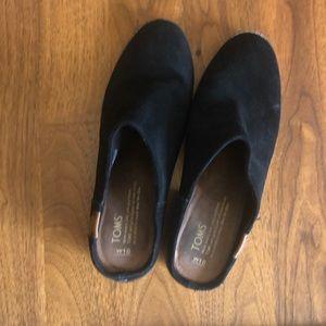 Tom's Black Suede Mules W10